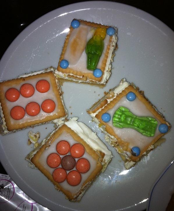 Geburtstagstorte aus Keksen und Gummibaerchen für den Kindergarten