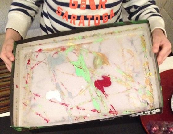 Die Murmel wild über das Transparentpapier durch die Farbkleckse rollen lassen