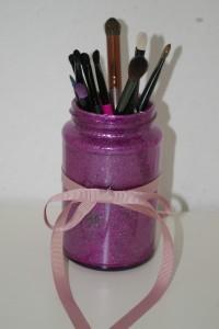 Glitzerglas als Pinselhalter für den Kosmetiktisch
