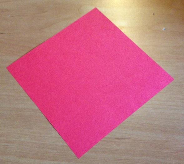 ein Blatt Origamipapier fuer Papiertulpen