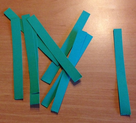Papierstreifen bilden die Stiele der Papiertulpen