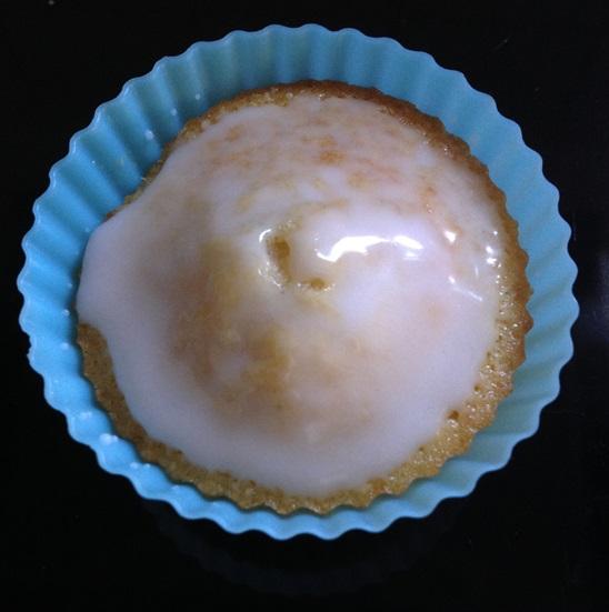 Den Muffinrohling mit Zuckerguss bestreichen