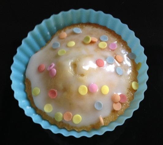 In den Zuckerguss etwas Zuckerkonfetti streuen