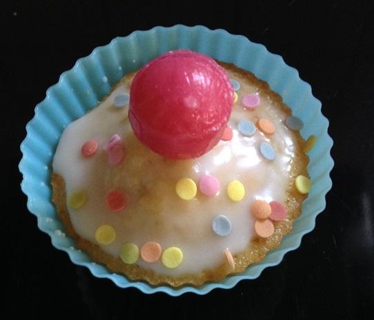 Erst mit dem Kirschlutscher ist unser Konfetti Muffin komplett