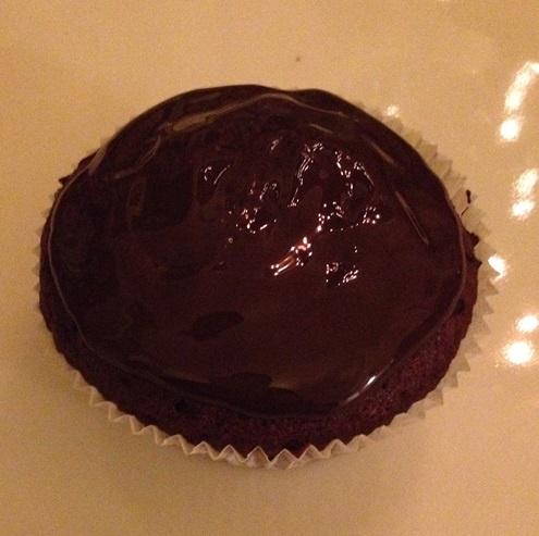 Der Schokomuffin wird mit Schokoladenglasur bestrichen
