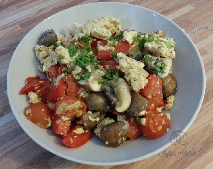 ein smartes Low Carb Frühstück aus Eiern und frischem Gemüse