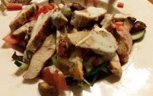 frischer grüner Salat mit Putenbruststreifen