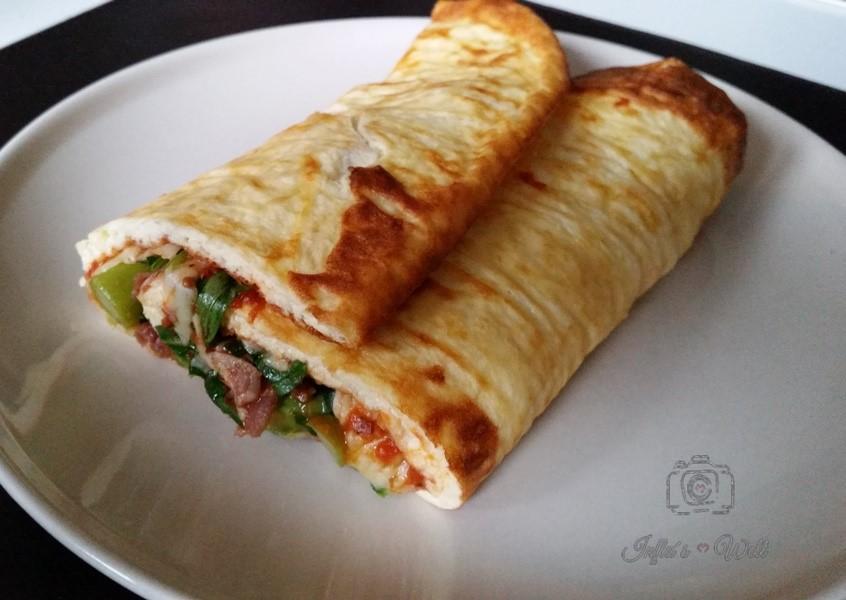 sommerlich gefüllte Low Carb Pizzarolle