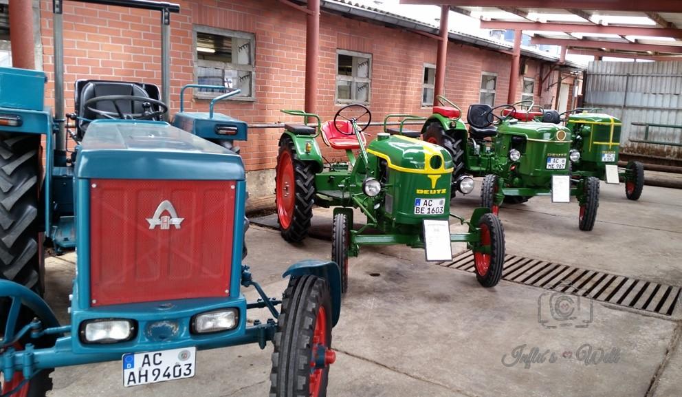 Traktoren auf dem Hof der Familie Hoegen in Stolberg