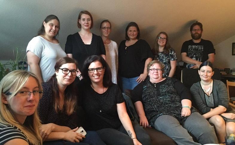 Gruppenfoto von der Premieren-Wohnzimmer-Lesung zu Fabienne Siegmunds - Die Blätter des Herbstbringers