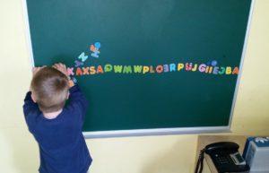 Fuenni beim Buchstabenaufreihen - Ritual eines Autisten