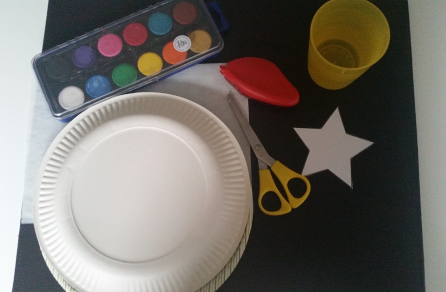 Das Bastelmaterial für eine schnelle und einfache Laterne aus Papptellern