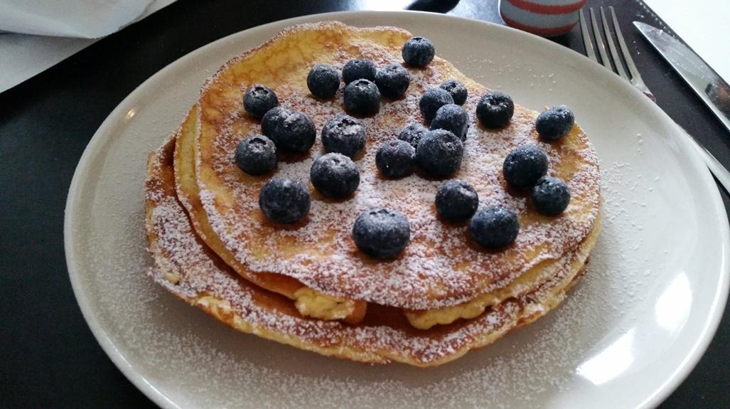 Low Carb Pfannkuchen mit Blaubeeren und Puderxucker