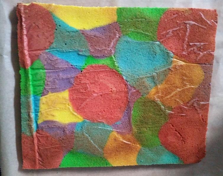 gebackener Regenbogenblechkuchen vor dem dekorieren