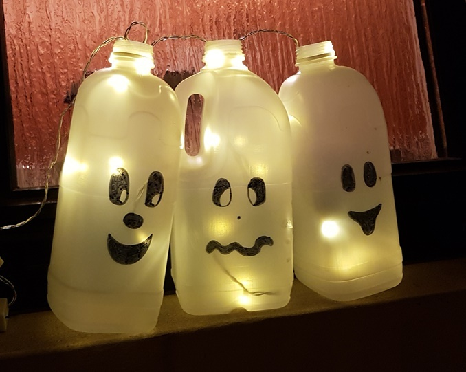 leuchtende Geister auf der Fensterbank Halloween DIYs