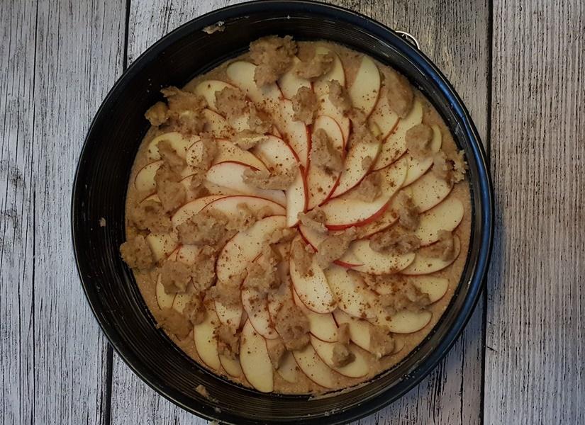 Rezept zuckerfreier Low Carb Ofenpfannkuchen mit Apfel und Streuseln