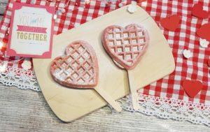rosa Herzwaffeln am Stiel – nicht nur am Valentinstag ein Hingucker
