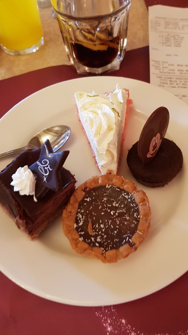 Desserts vom Secret Gardens Buffet im Disneyland Paris