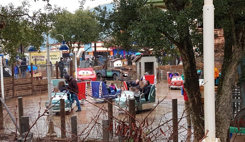 Cars Karussell im Disneyland Paris Walt Disney Studio Park mit behindertem Kind