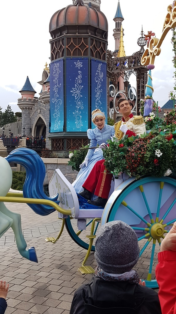 Mit der Greencard fuer Behinderte einen Platz in der ersten Reihe bei der Parade im Disneyland bekommen