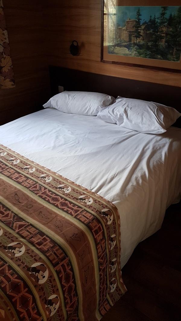 Elternschlafzimmer in der Waldhütte der Davy Crockett Ranch Disneyland Paris