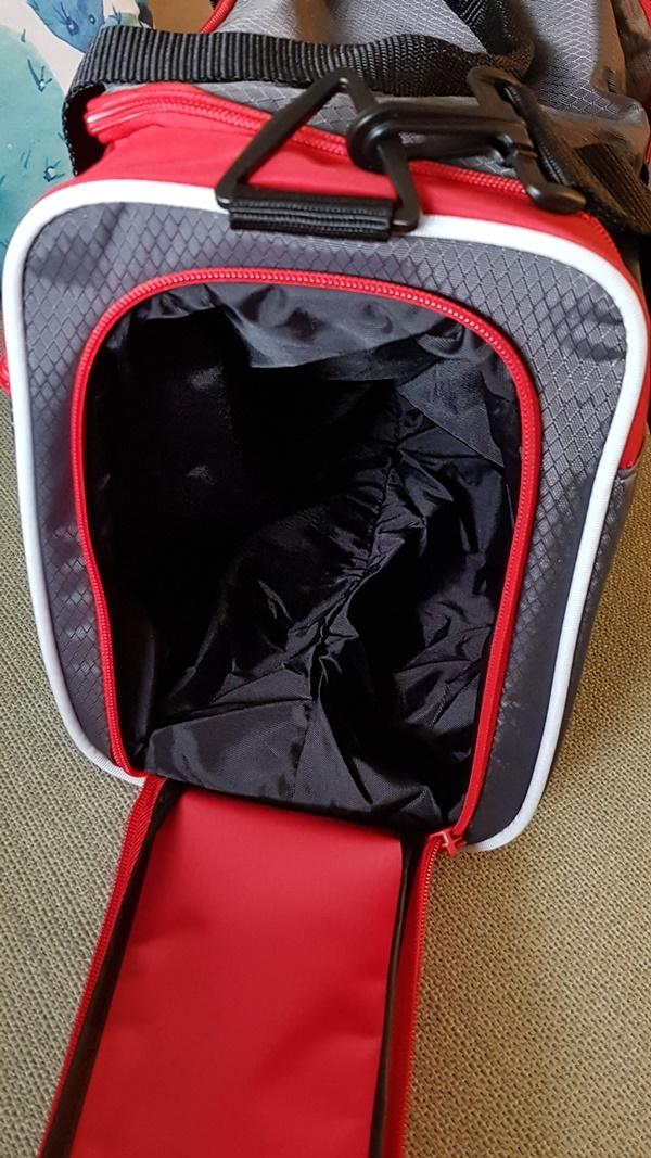 Seitenfach der Sporttasche von Scout extra für nasse Schwimmsachen