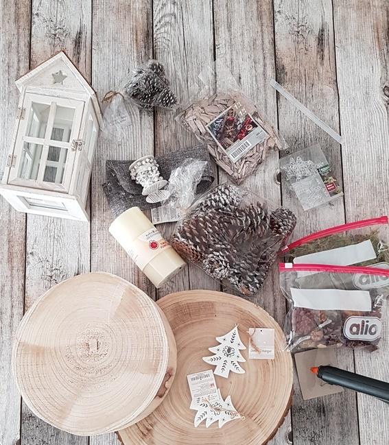 Material für eine herbstliche DIY Laterne mit Tannenzapfen, Moos und Holzscheiben