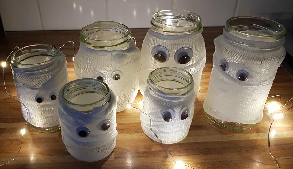 Wackelaugen auf die kleinen Mumien kleben - Mumienglaeser fuer Halloween DIY von Chaoshoch4