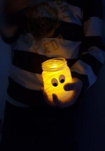 DIY Mumienglas fuer Halloween Basteltipp fuer kleine Kinder