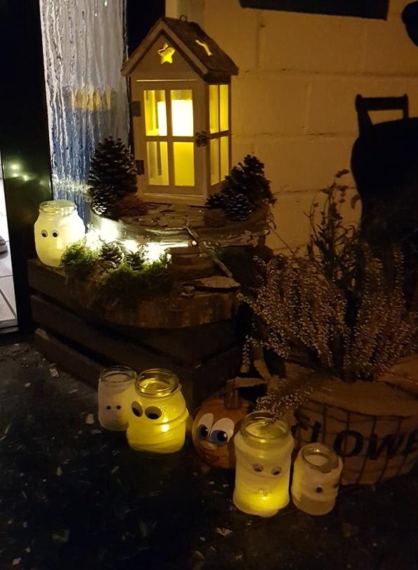 fertige DIY Mumienglaeser mit LED Teelicht draussen