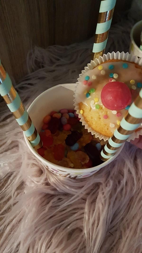 Mini Konfetti Muffin fuer die Heißluftballons zum Geburtstag