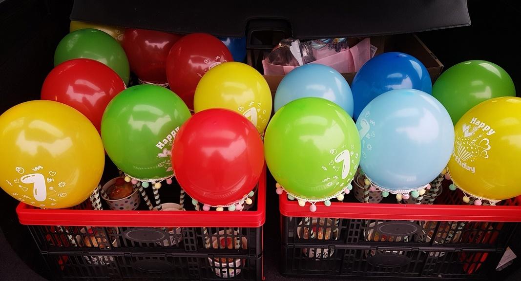 Transport der gebastelten Heißluftballons fuer den Kindergeburtstag in der Schule
