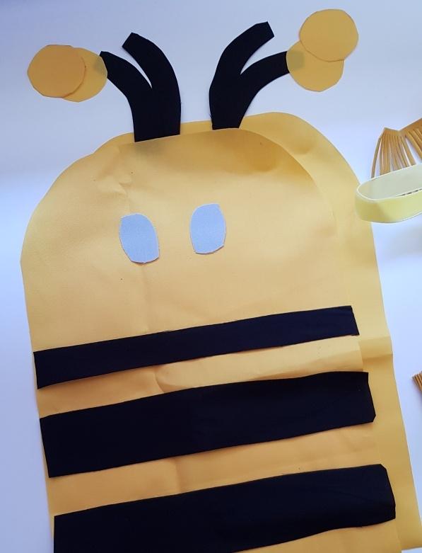 zugeschnittene Einzelteile fuer das Bienen Kuschelkissen