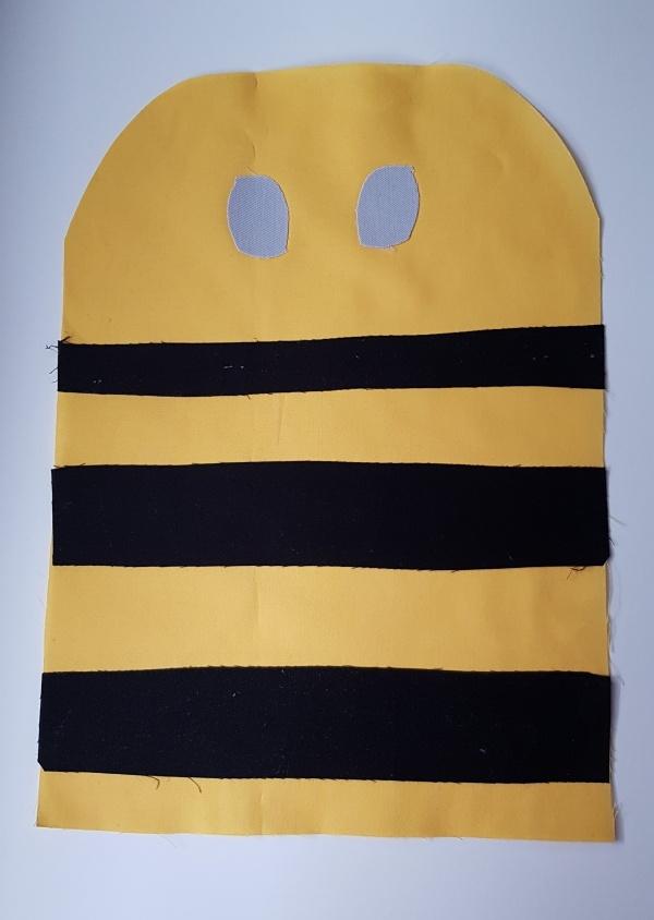zugeschnittenes Bienen Vorderteil mit Buegelvlies Streifen und Augen fixiert