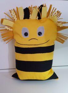 mit Fuellwatte fuellen, die Wendeoeffnung schnliessen und fertig ist das Biene Maja Kuschelkissen